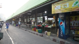 ~at morning market thonburi station..