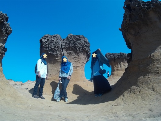posing at Yehliu geopark